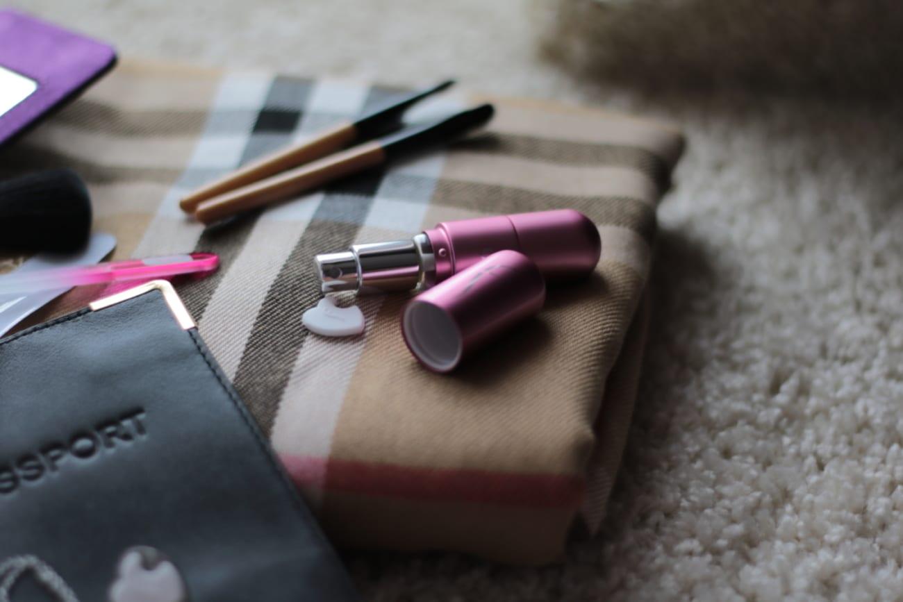 flo travel accessories led mirror atomizer perfume parfume jewelry heartpendant mini brushes nail purse organizer roxi rose blogger blog romania timisoara lifestyle bottle
