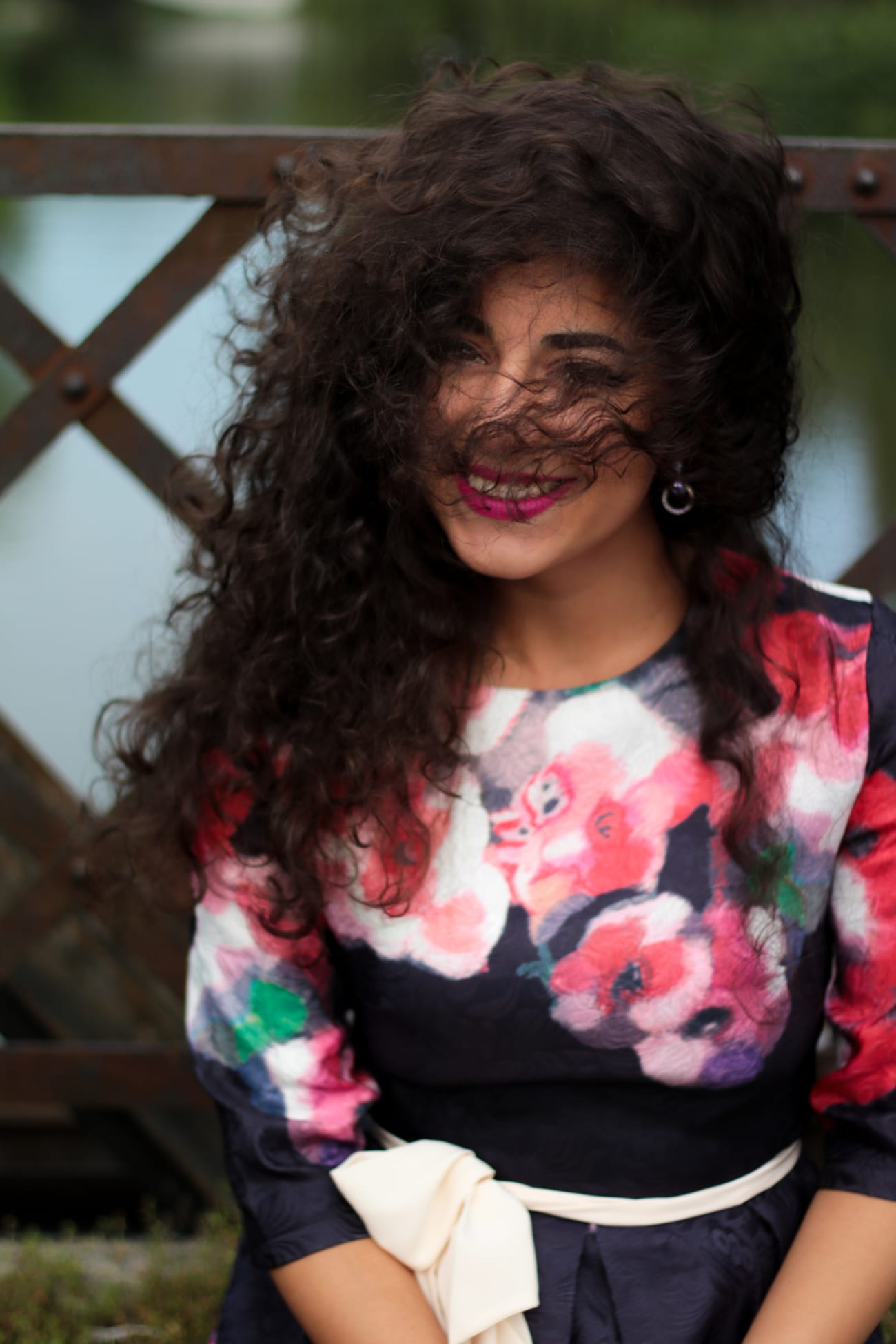 top-fashion-pareri-roxi-rose-timisoara-fashion-blogger-rochia-cu-flori-floral-dress-review-favorite-fashion-item-and-why-clothing-piece curly girl